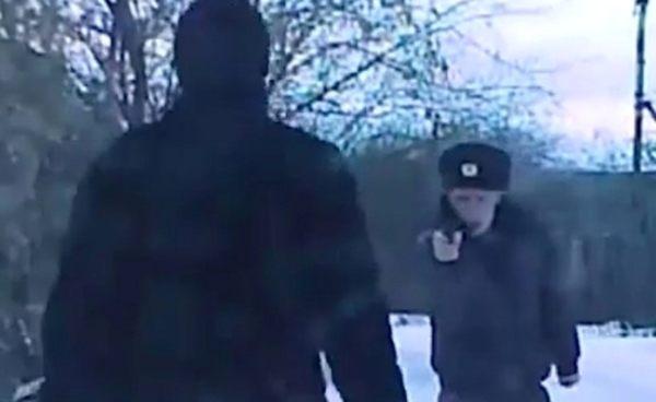 拳銃を向けるロシアの酔っ払い警官