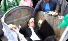ウクライナの高官がデモ隊につかまってゴミ箱へ