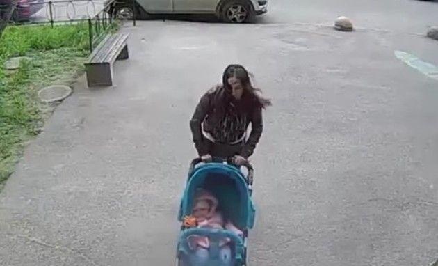何かが頭に当たる母親