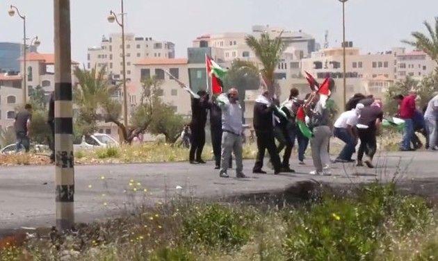 シリアでスナイパーに足を打たれるパレスチナの抗議