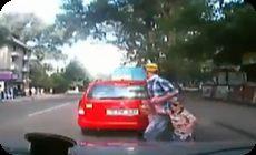 車に轢かれる親子の動画 (1)