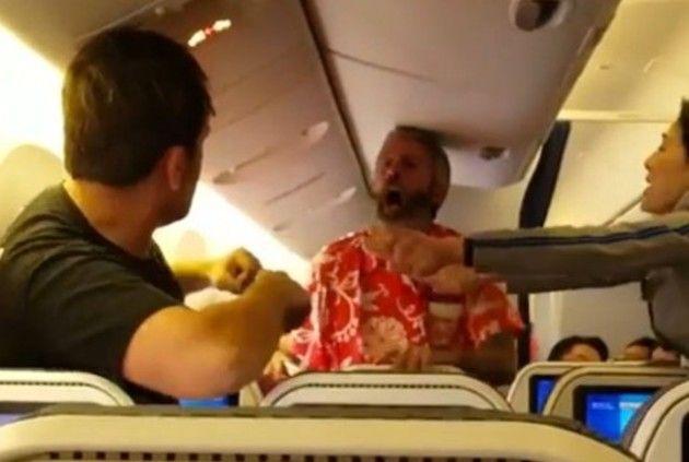日本の航空機内でケンカするアメリカ人