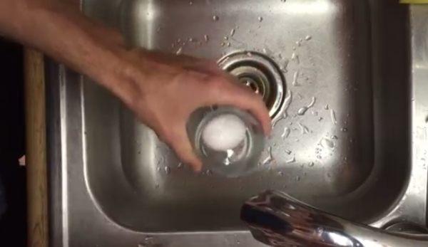 ゆで卵の殻を綺麗に剥く方法