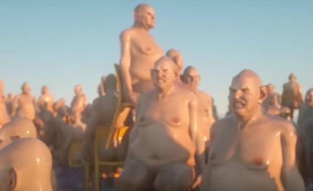 海に浮かぶ裸の太ったおやじ