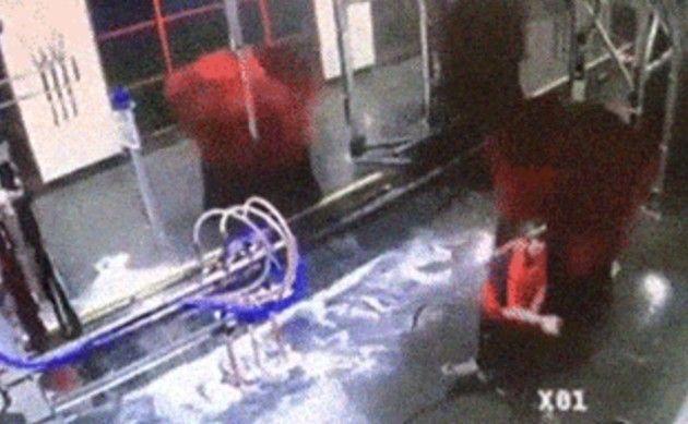 洗車機に巻き込まれる人
