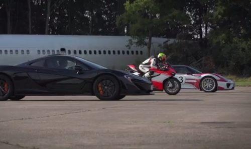 バイクと車のドラッグレース対決