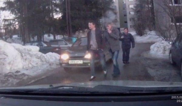 車のガラスを割る光速パンチロシア